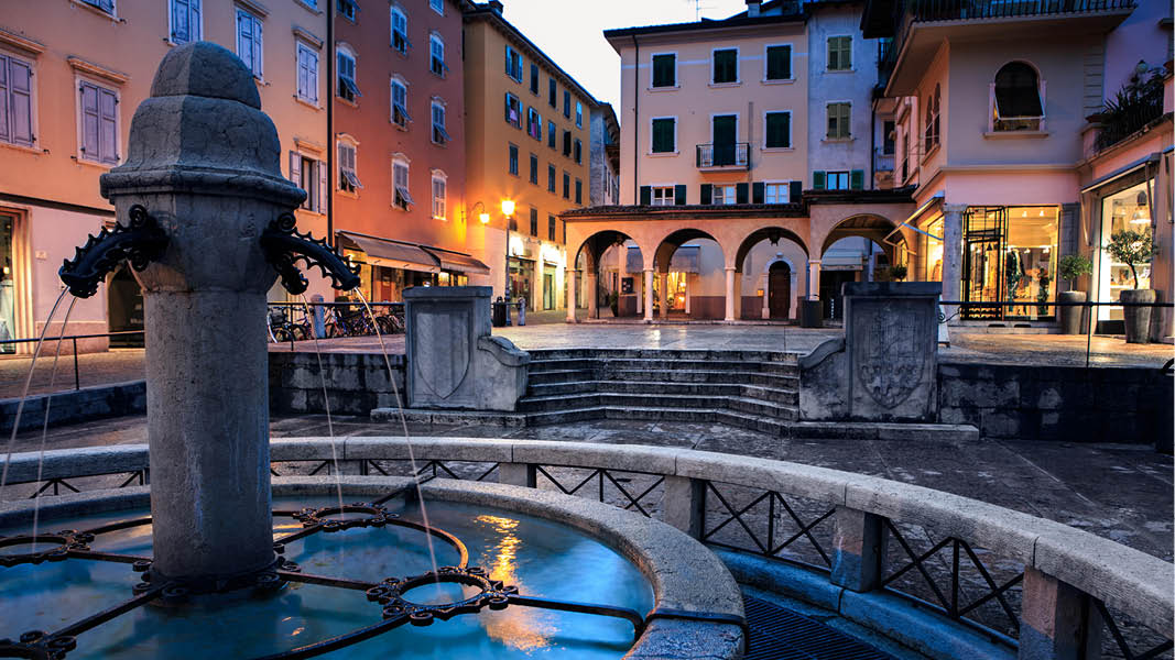 M�nniskor p� semester som njuter av utsikten �ver Gardasj�n, Italien.