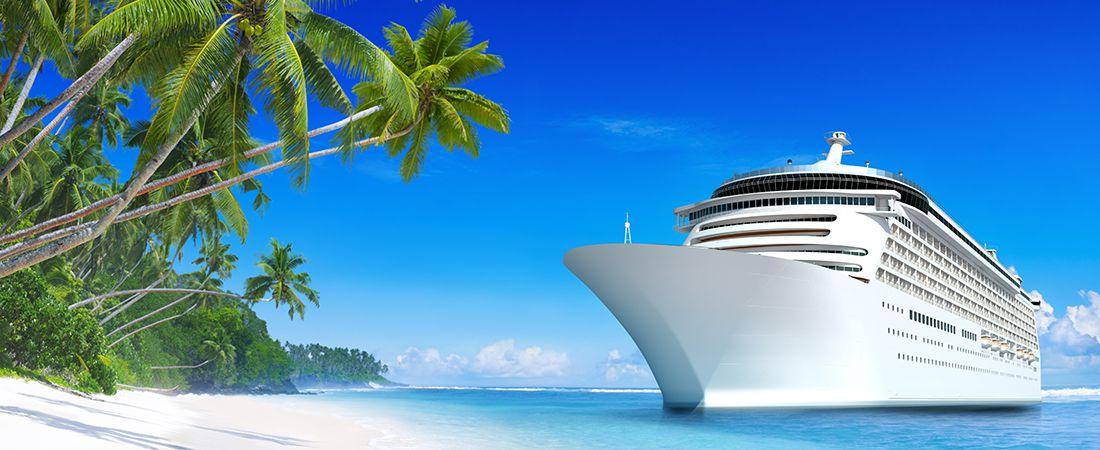 Paradisstrand bid turkost hav och palmer med kryssningsbåt i avgrunden