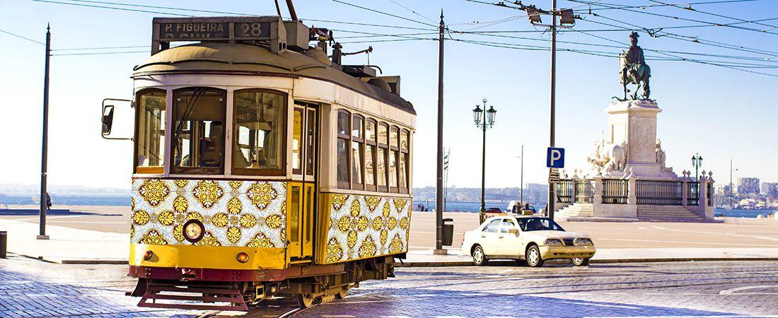 Gulmönstrad spårvagn i solljus på resa i Lissabon, Porugal