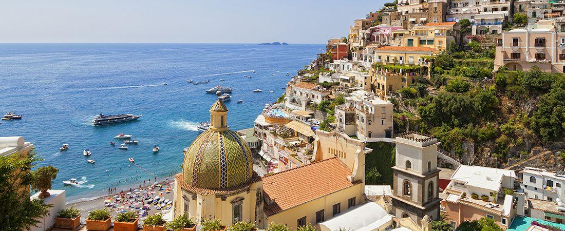 Vacker vy över turkost hav och stad längs Amalfikusten på resa till Italien