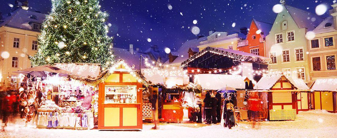 Julmarknad med snö och handelsstånd
