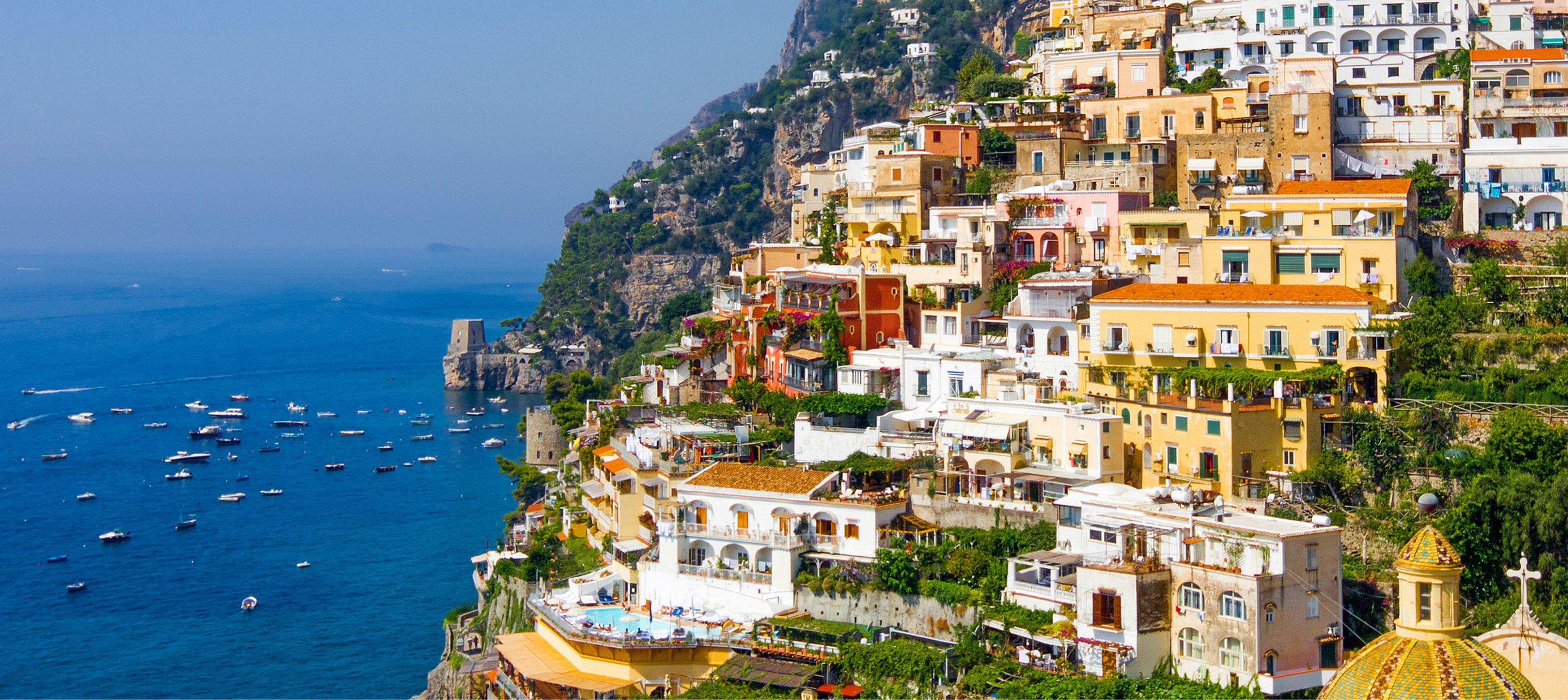 vacker vy över amalfi stad med sina färgglada hus vid havet