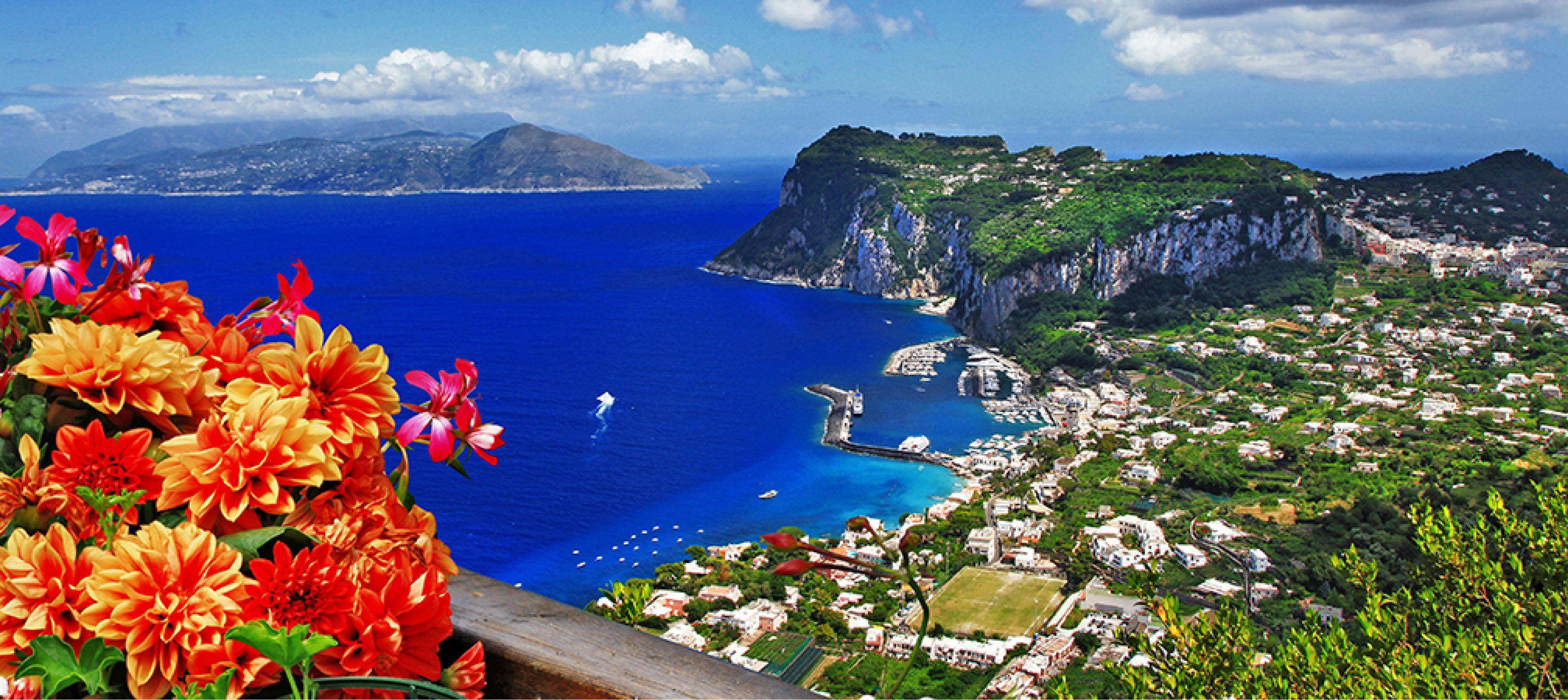 ön capri utanför amalifkusten med grön natur och blommor