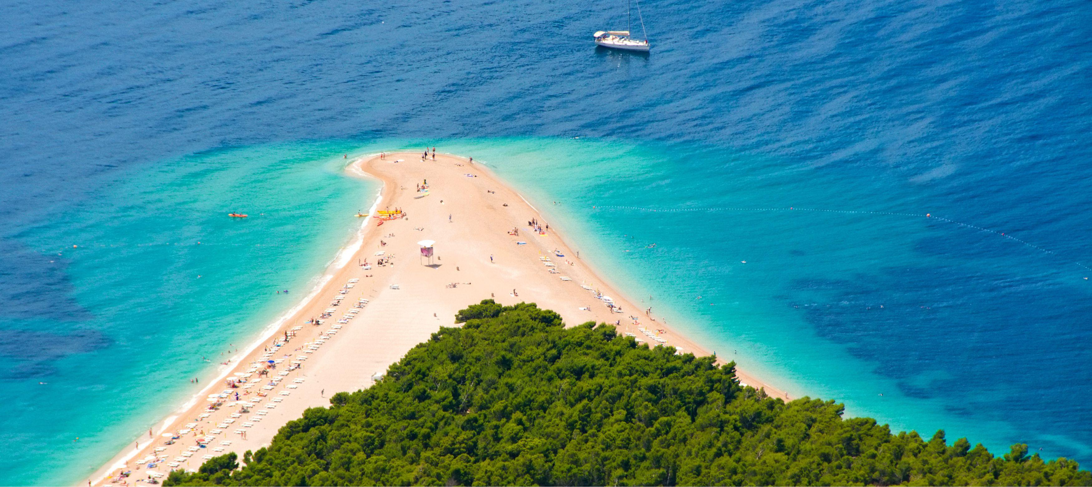 ön brac med sin trekantsformiga strand i det adriatiska havet, kroatien