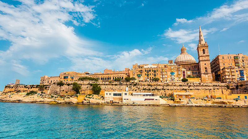 staden valletta vid havet på soliga malta