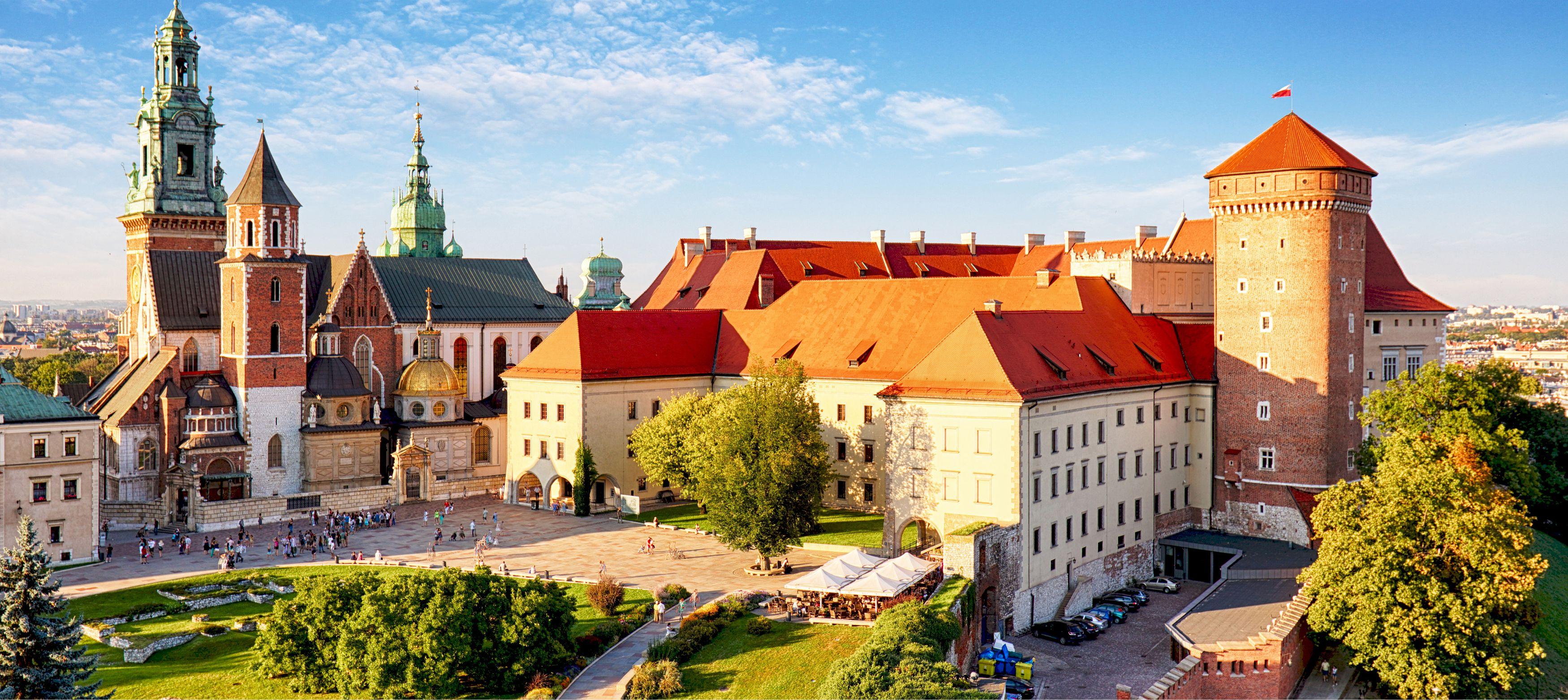 slottsbyggnader bland gröna trädgårdar i polen