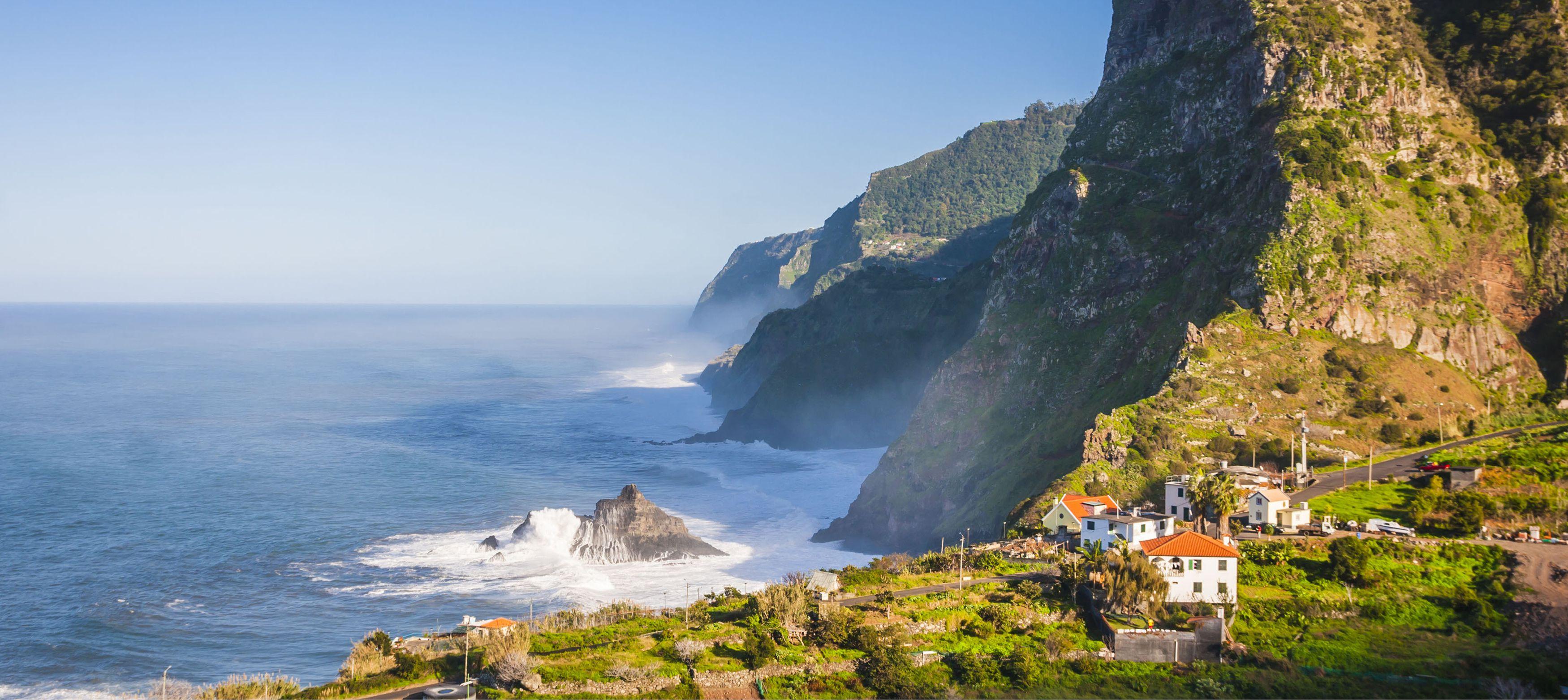 dramatiska berg ovanför ett öppet hav på madeira