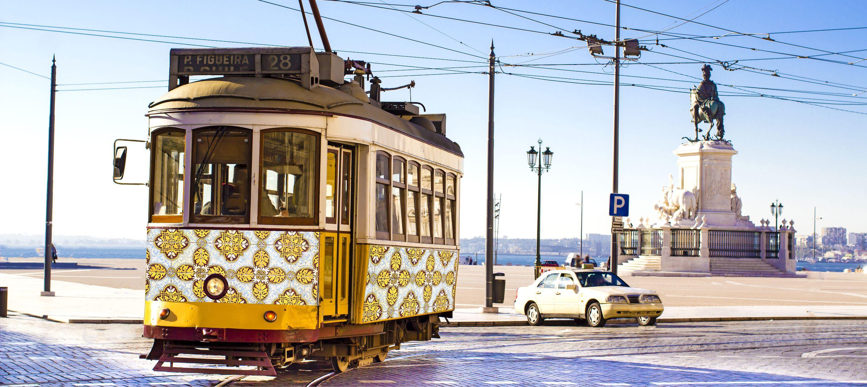 vackra traditionella spårvagnar längs lissabons gator