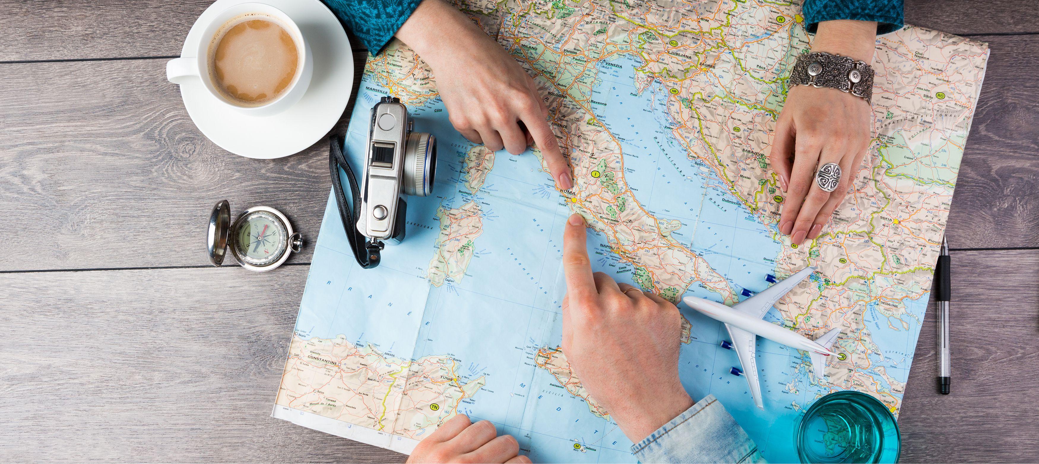 kaffe, kamera, kompass och karta vid reseplanering