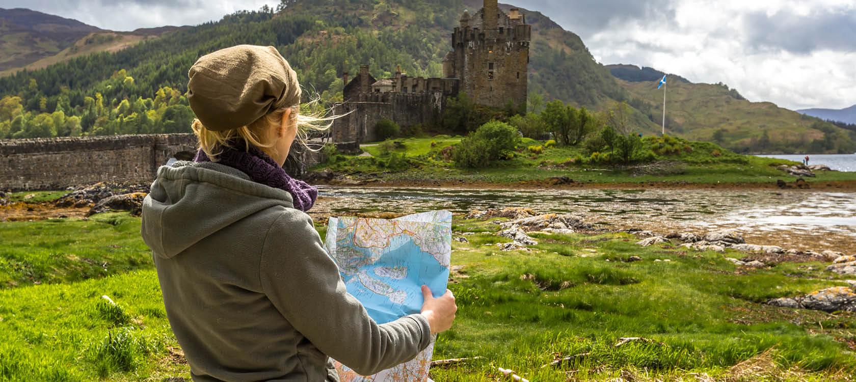 Turist reser till Skottland och utforskar det skottska höglandet.