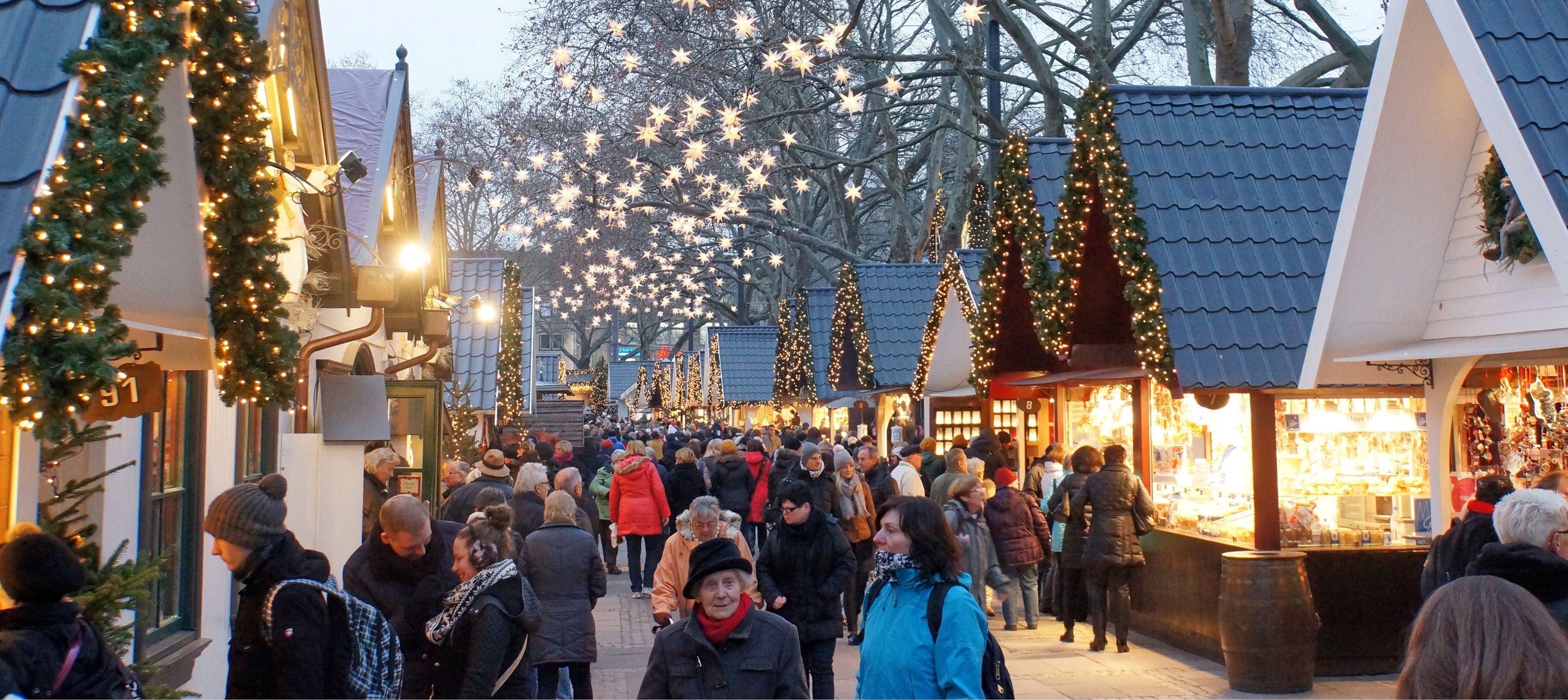 julmarknad med bodar, glögg och julstämning