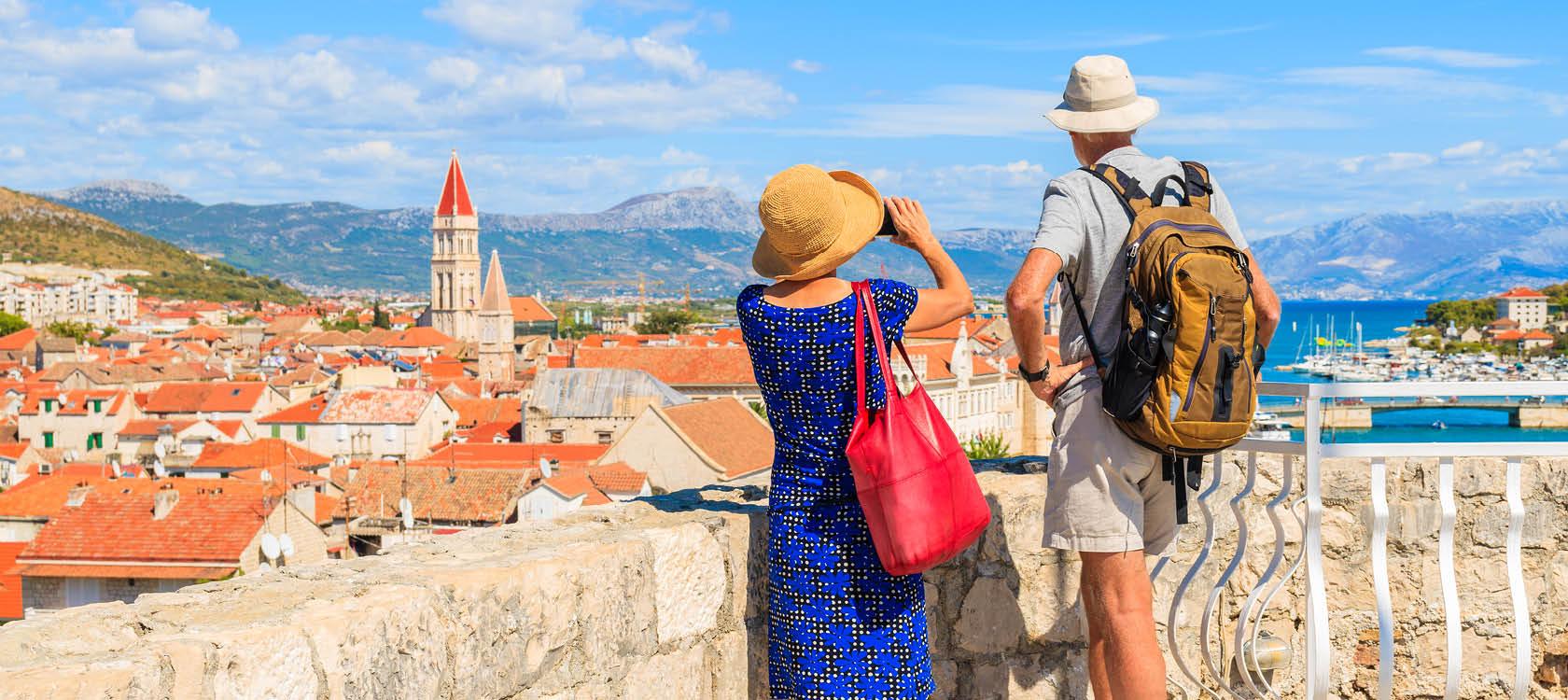 Resenärer som utforskar Trogir på en resa till Kroatien.