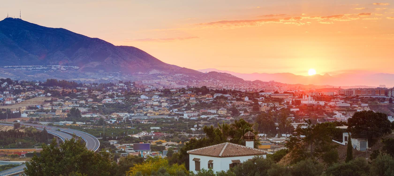Solnedgång över bergen och de vita husen i Andalusien, södra Spanien.