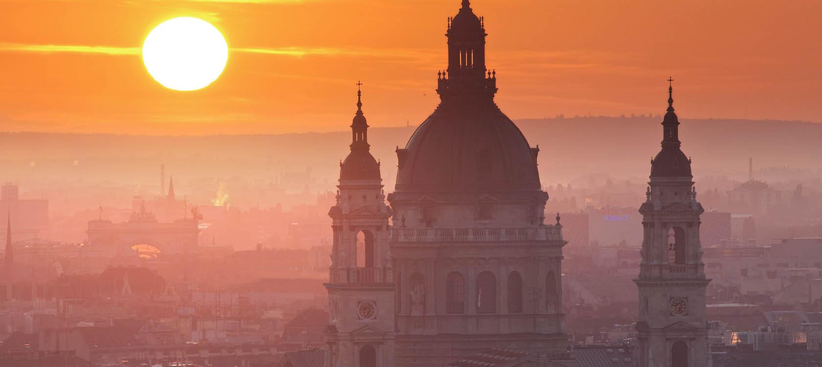 Budapest stadskärna med vackra torn och kupoler i solnedgången på resa till Ungern.