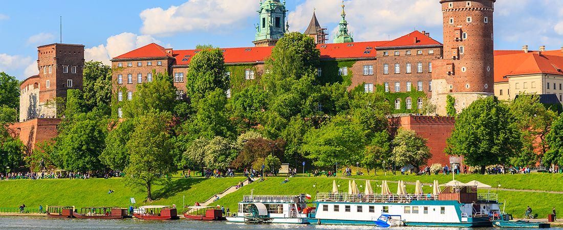 Till sjöss och vy över grönskande land och Krakows slott på resa till Polen