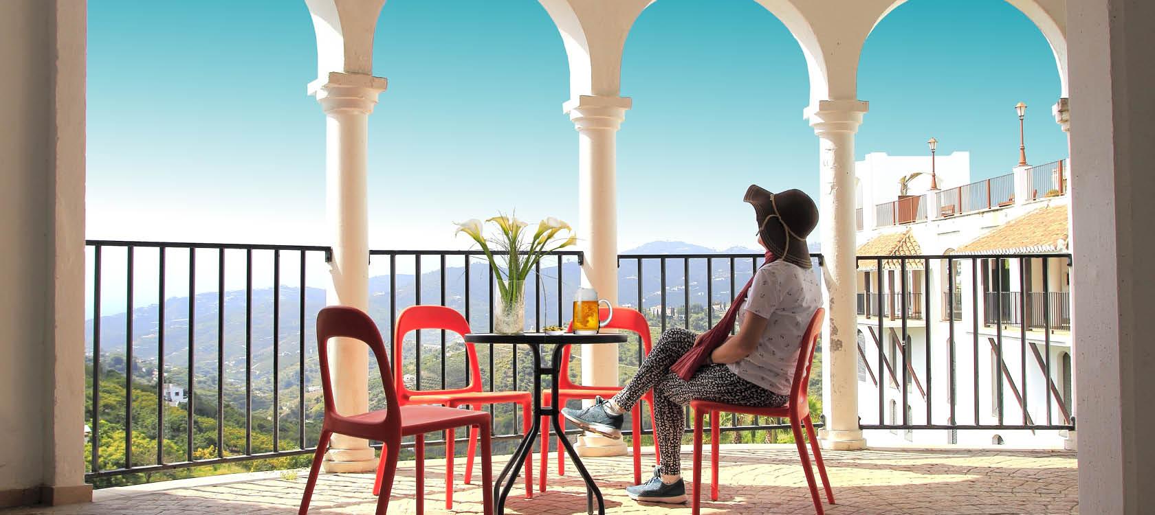 Kvinna på balkong i Andalusien