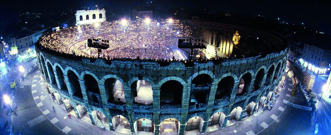 Vy över uppklysta operahuset i kvällsljus på operaresa till Verona