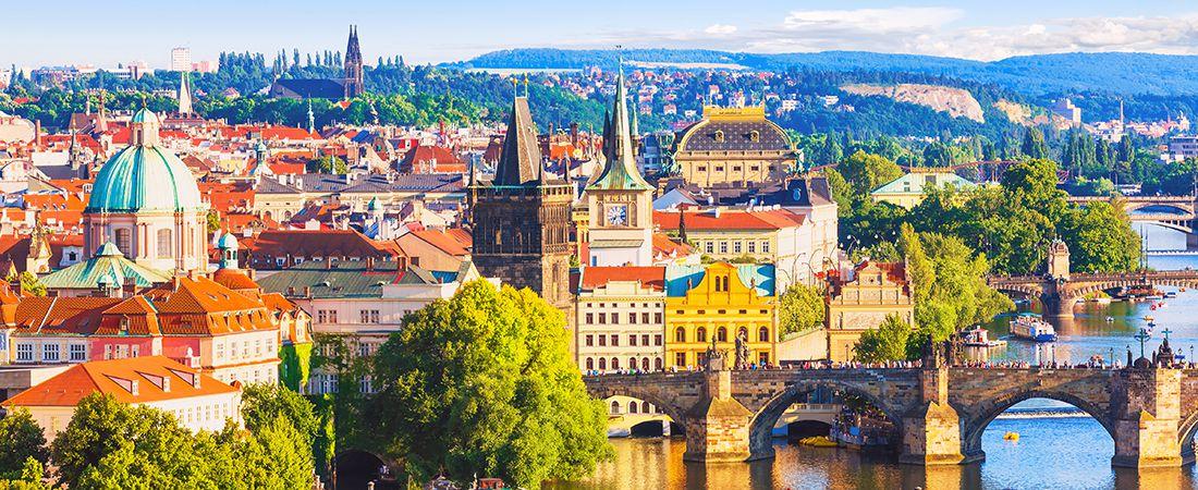 Pampig vy över staden prag i färgsprakande kostym på resa till Tjeckien