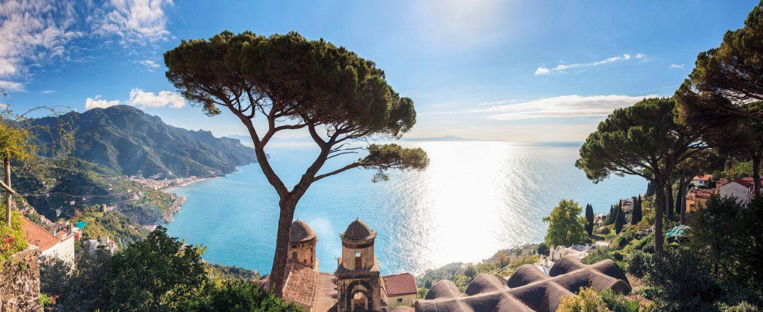 Amalfi i soluppgången med dess vackra kustlinje.