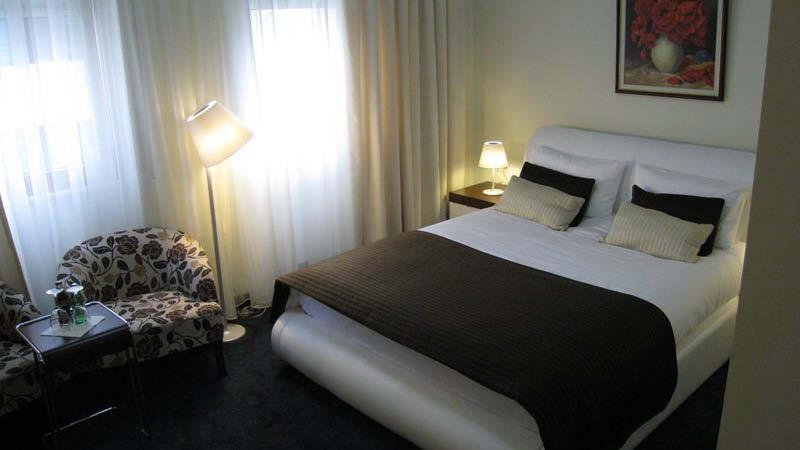 Standard dubbelrum på hotell Kotoni i centrala Tirana i Albanien.