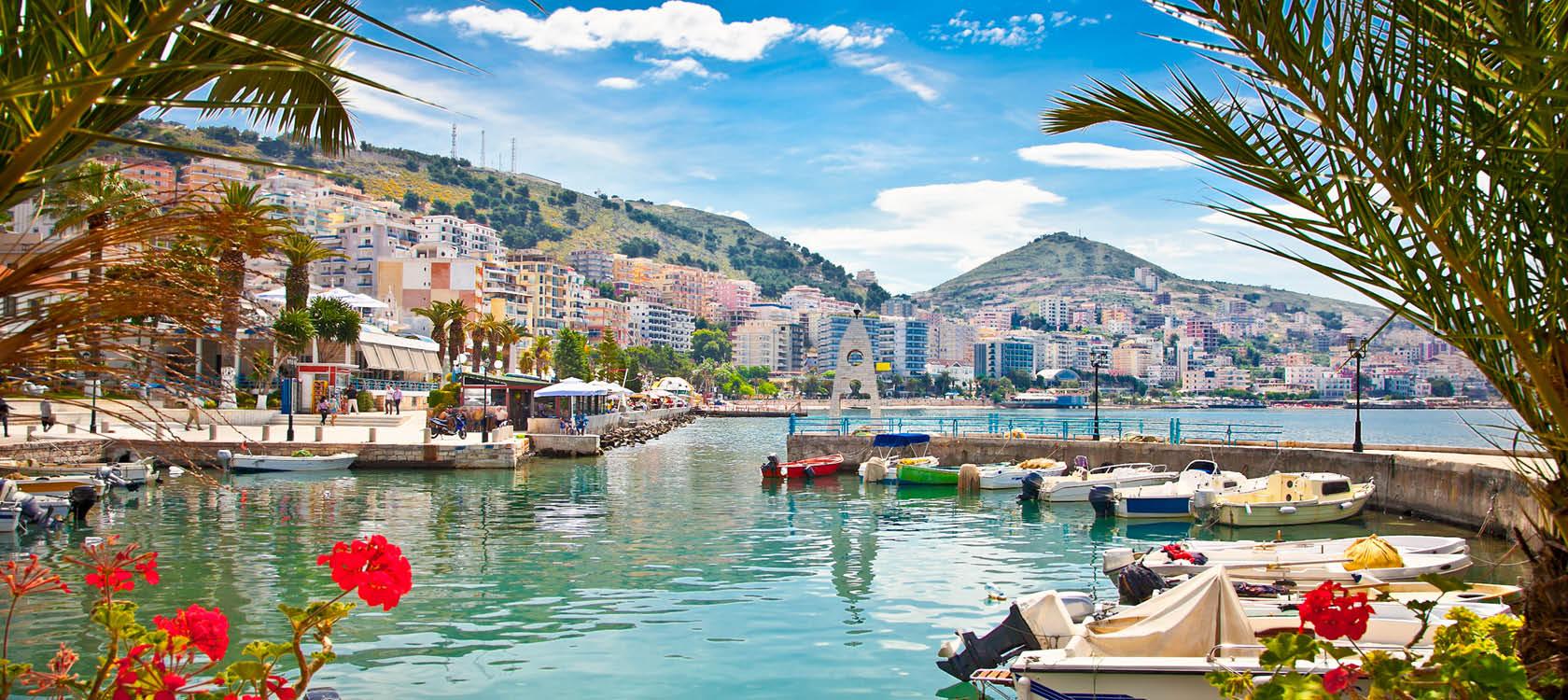 Vacker småbåtshamn i semesterorten Serande på en resa genom Albanien.