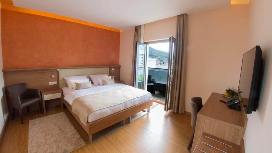 Dubbelrum med badrumsöversikt, Hotell Mostar, på resa till Balkan