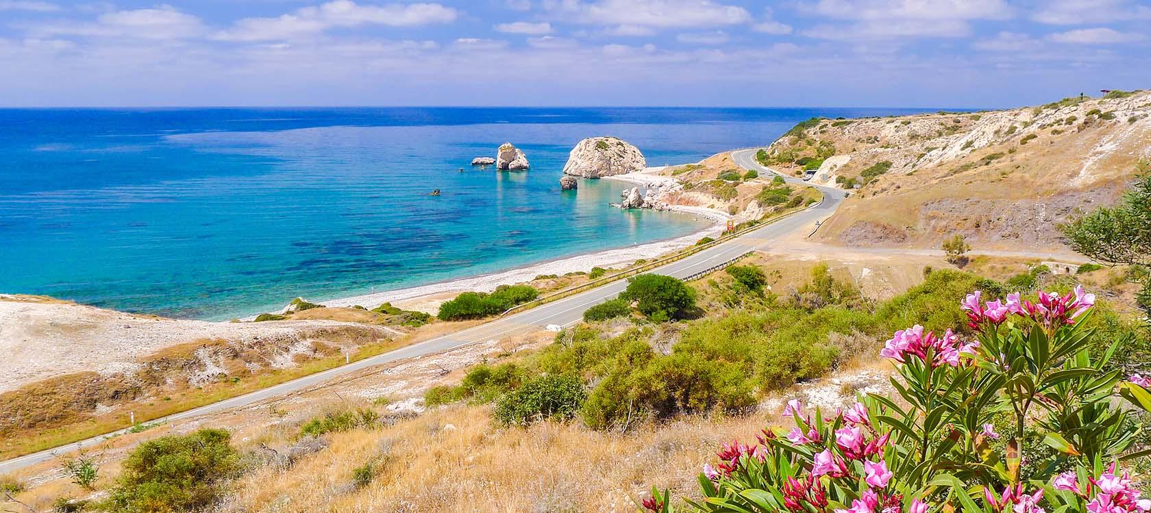 Res till Cypern och njut av vacker natur, kuststräckor och sol.