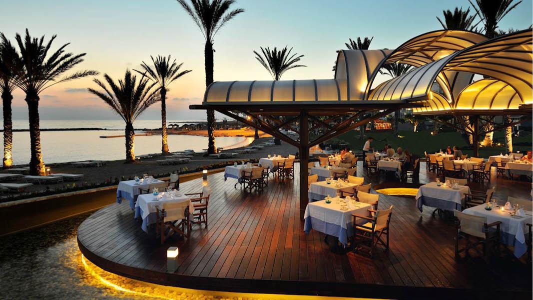 Utomhusterass med utsikt över havet på Pioneer Beach Hotel i Paphos, Cypern.