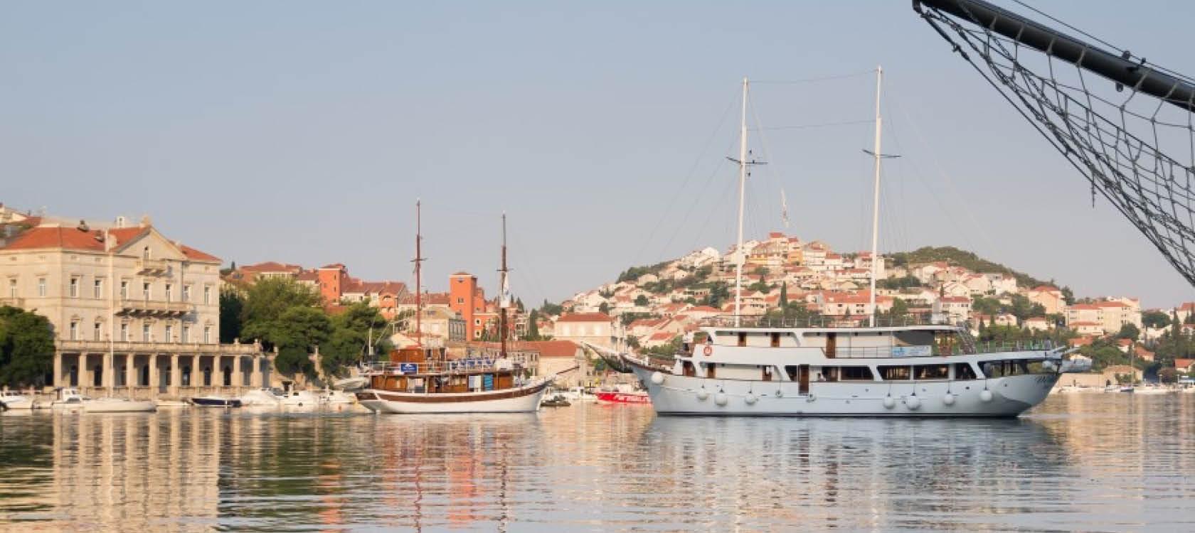 kryssa på havet i kroatien och njut av varmt väder, god mat och vacker natur