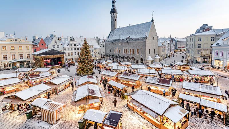 Julmarknaden i Tallinn på det stora torget i gamla stan, på en julresa till Tallinn.