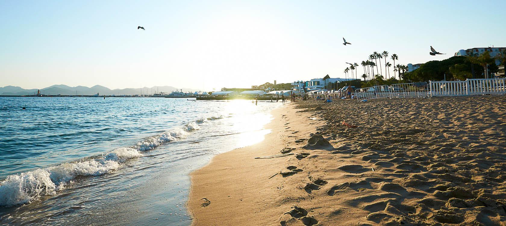 Stranden och havet vid Cannes, utmed den franska Rivieran.
