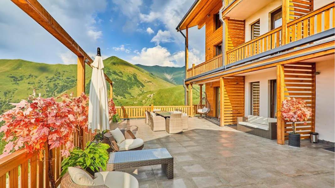Vacker balkongbild på hotellet Gudari Inn i Georgien och med utsikt över bergen.