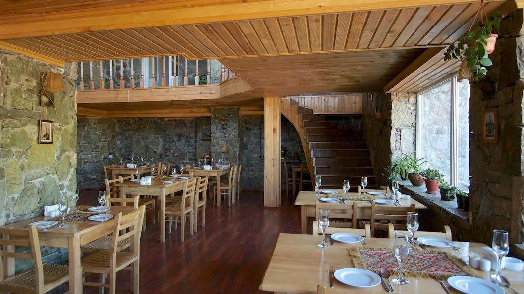 Mysig inredning i restaurangen i alpstugan Gudauri Hut i Georgien.