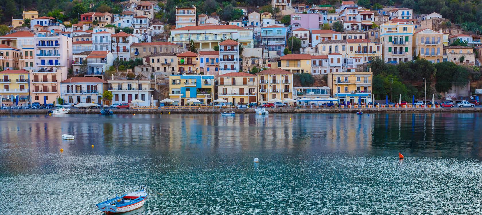 gemytlig stad vid havet i peloponnesos