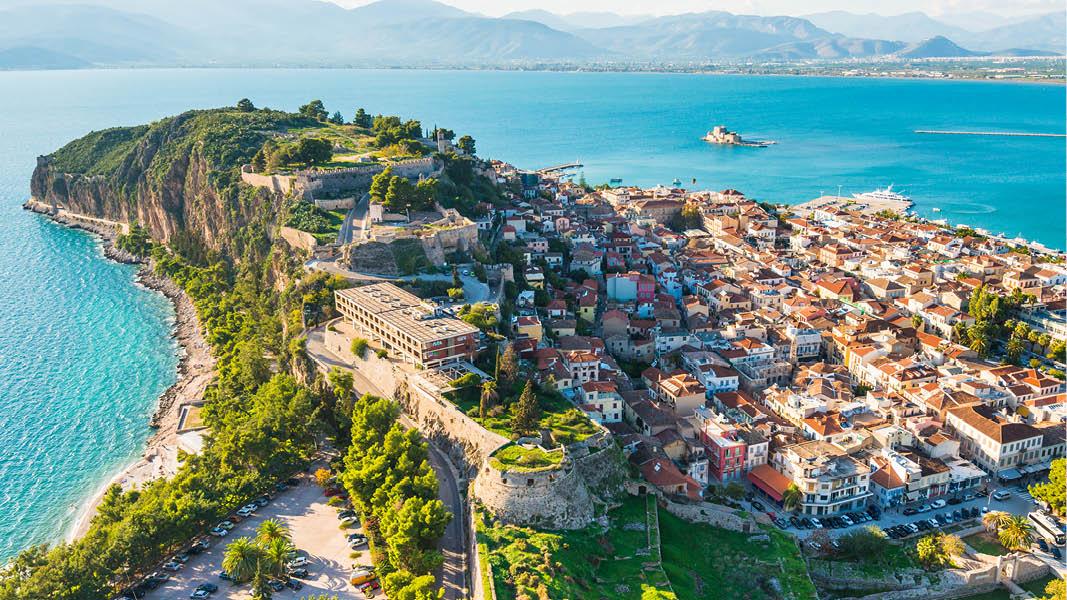 panoramautsikt över nafplio stad i solnedgång på resa till grekland