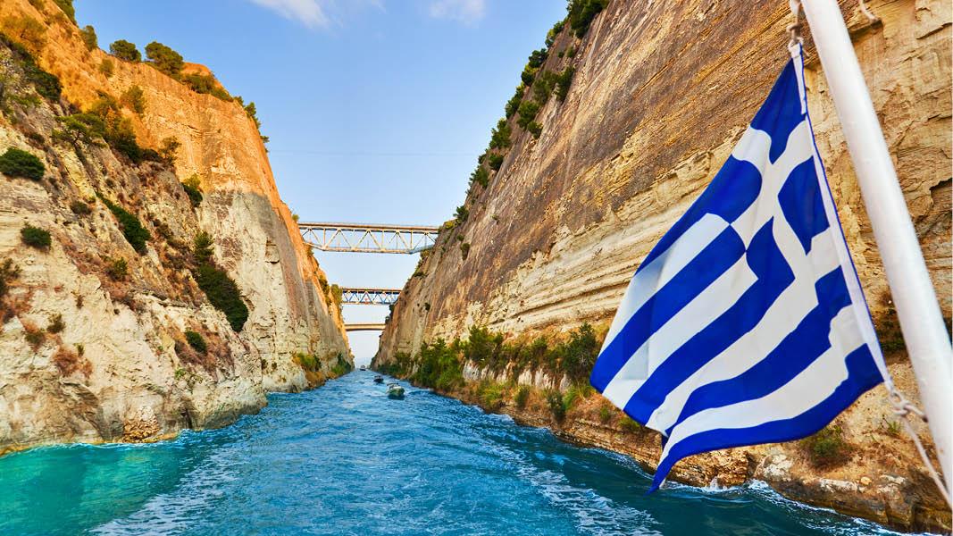 vajjande flagga på korinth kanalen på resa till grekland