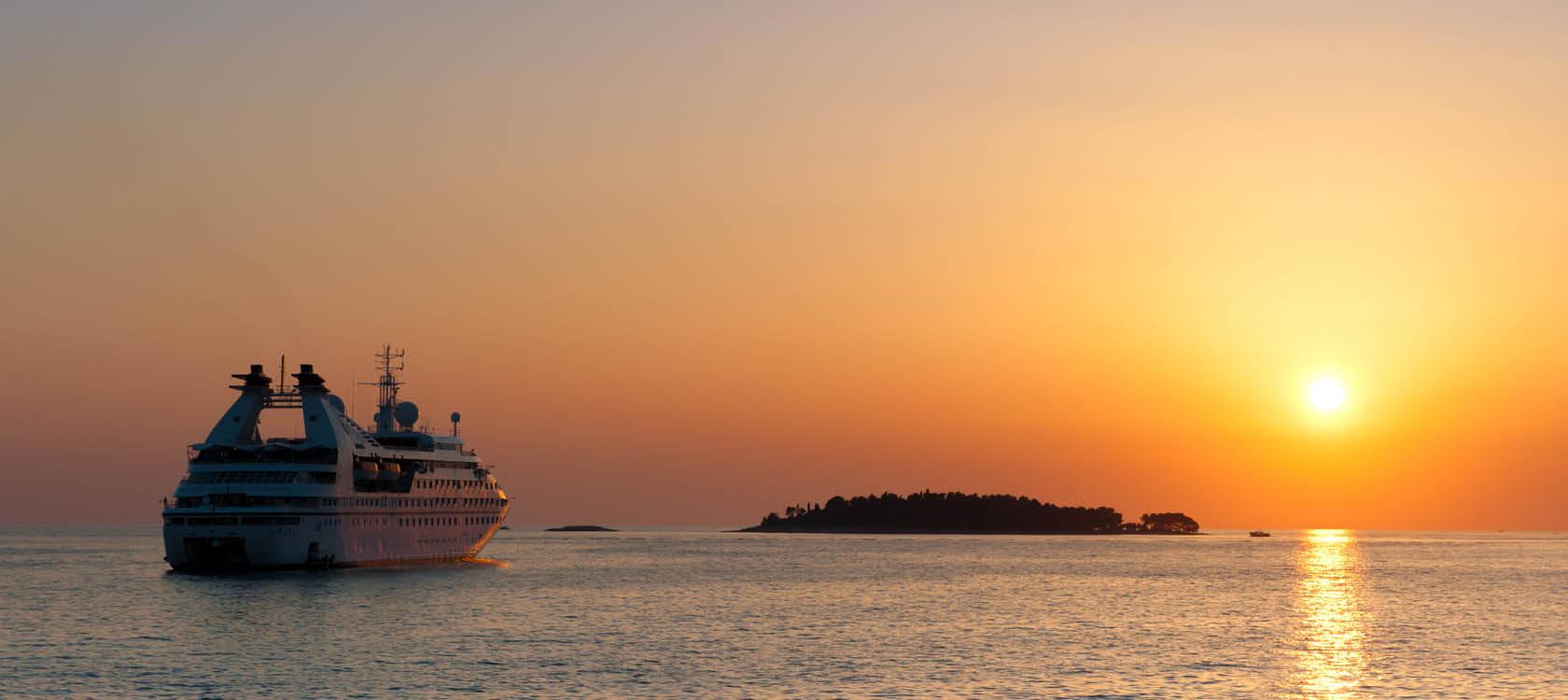 kryssning i solnedgången på öppet hav