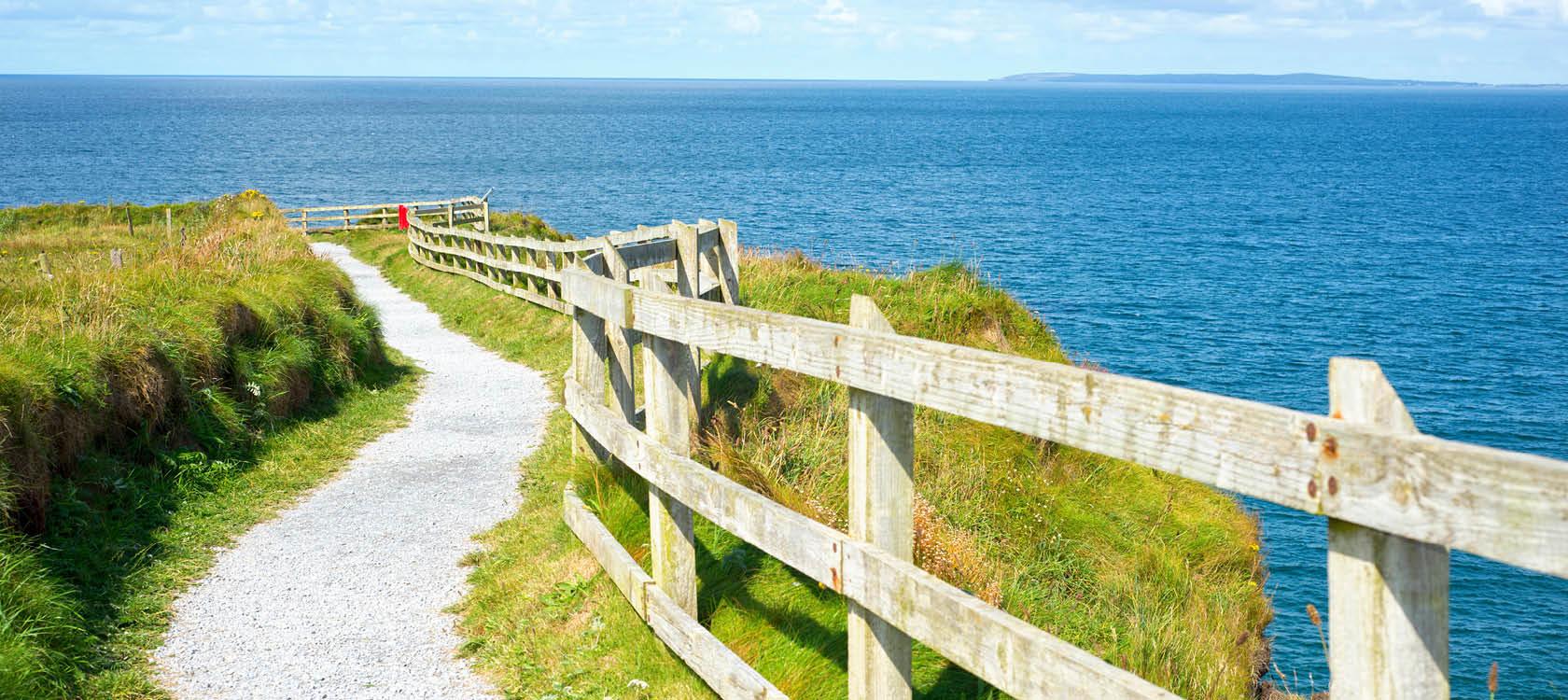 pittoresk grusväg längs med kusten på irland