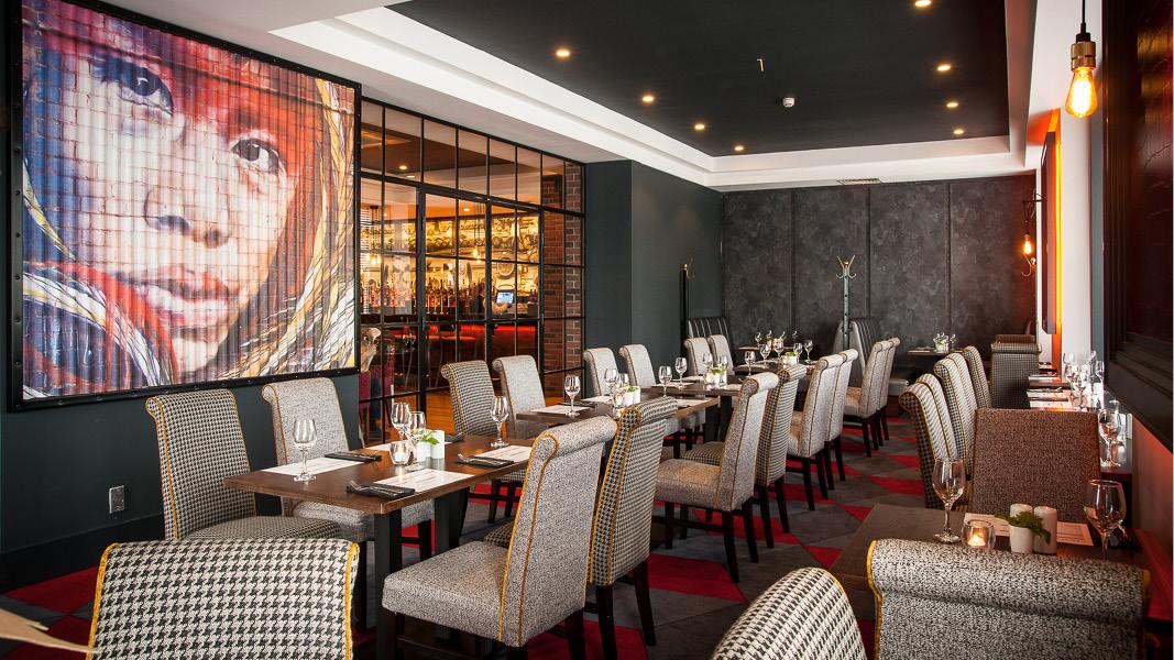 Stilren och modern restaurang med konst på väggarna på Oriel house hotel, utanför staden Cork på Irland.