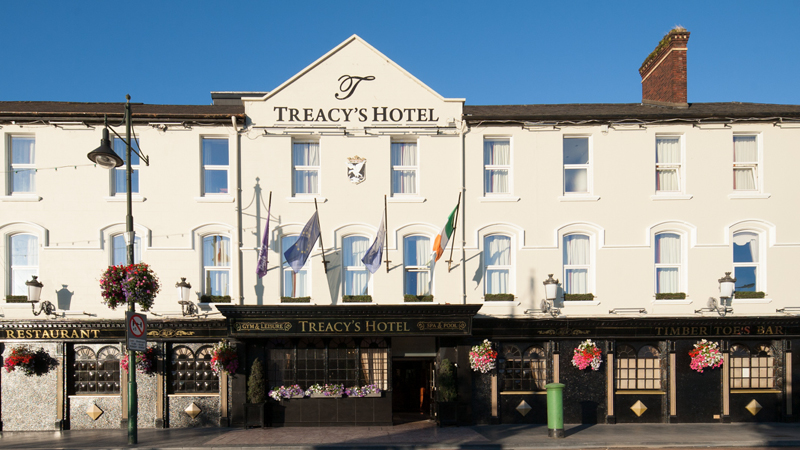 Framsida av hotellet Treacys Hotel i Waterford, Irland.