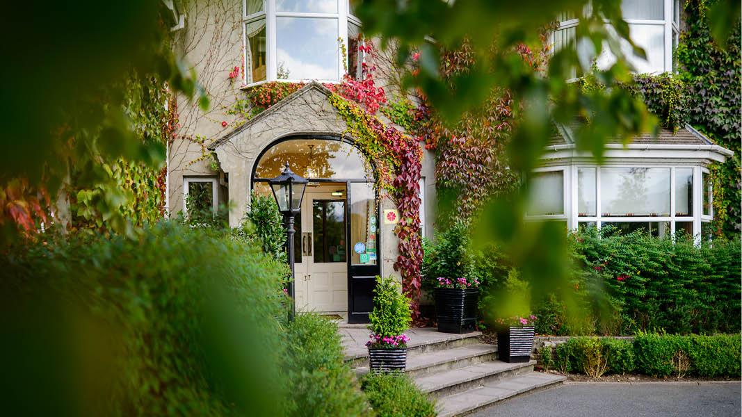 Vackra krukväxter och blommor utanför Victoria House Hotel i Killarney, Irland.