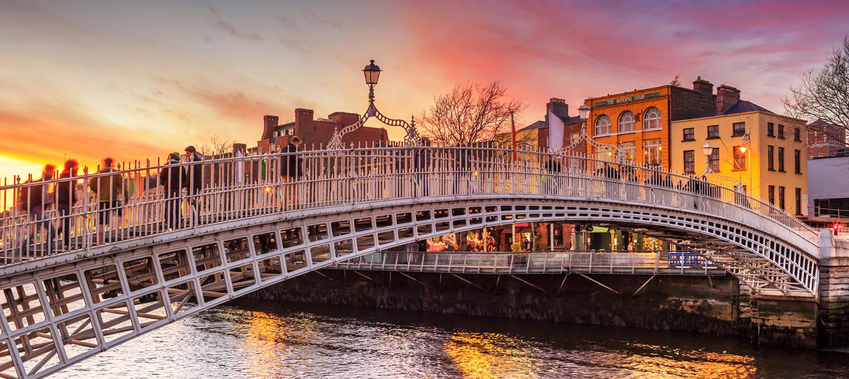 bro över vattnet i dublin i solnedgången på irland