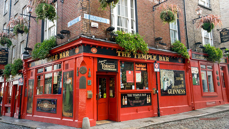 irländsk guinness serveras på temple bar i dublin