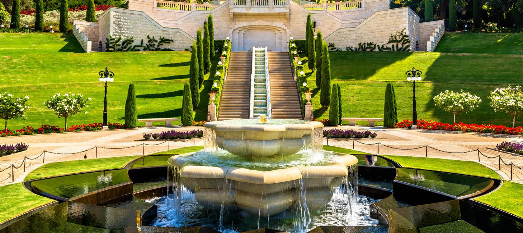 Vackra kreationer och fontäner i Bahai Gardens i Haifa, Israel.