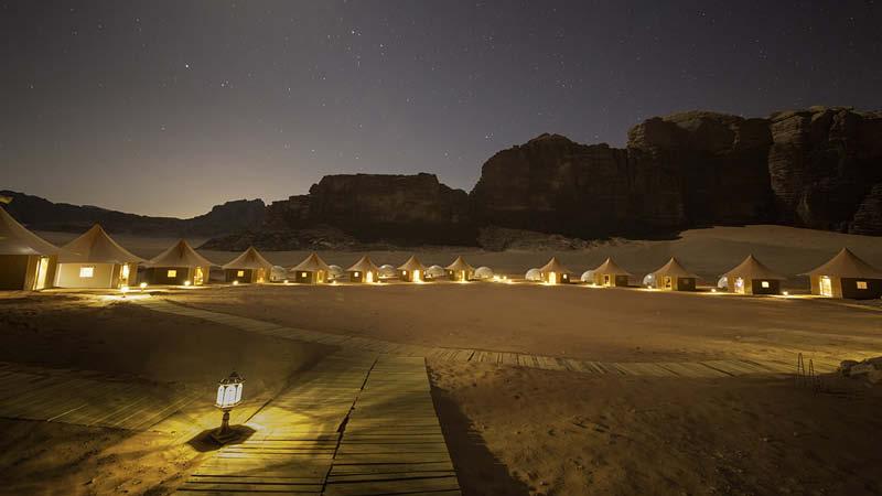 Memories Aicha Luxury Camp i Wadi Rum, Jordanien ebjuder lyxiga tält med bekväma sängar, härlig stämning och en minnesvärd upplevelse i öknen.