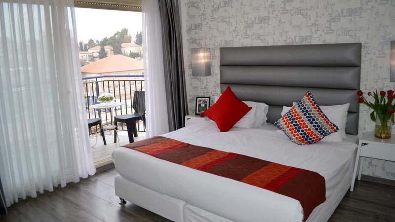 Modernt och fräscht hotellrum i Israel. Det 3-stjärniga Paamonim Hotel Jerusalem ligger nära gamla staden i Jerusalem.