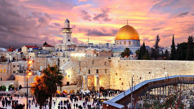 Vackra Jerusalems gamla kvarter i skymningen.