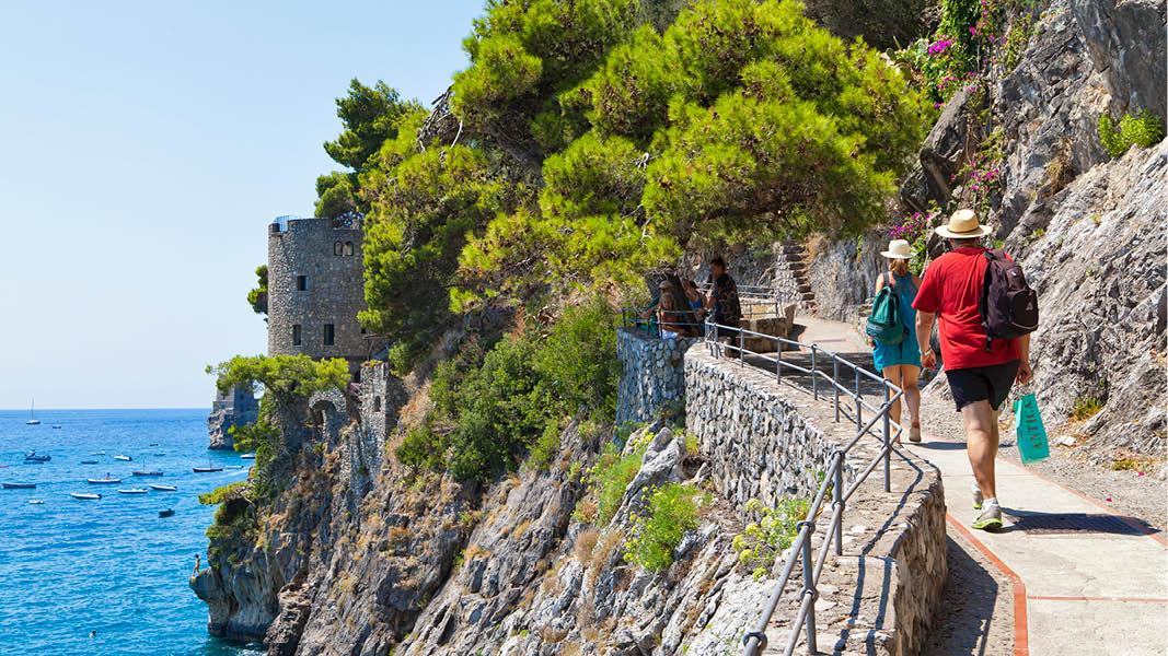 Färgglada hus i charmiga Cinque Terre, vackert resmål i Italien.