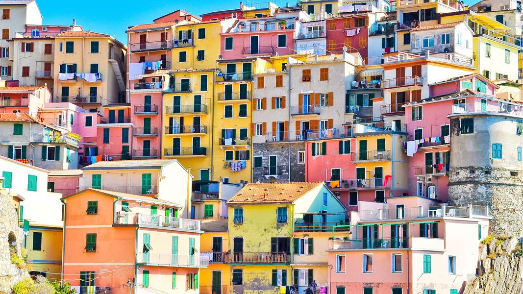 Färgglada hus på sluttningarna i Cinque Terre