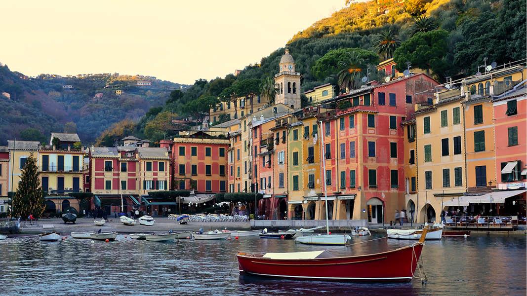Pittoreska hus och båtar i en hamn i Cinque Terre, från en resa i Italien